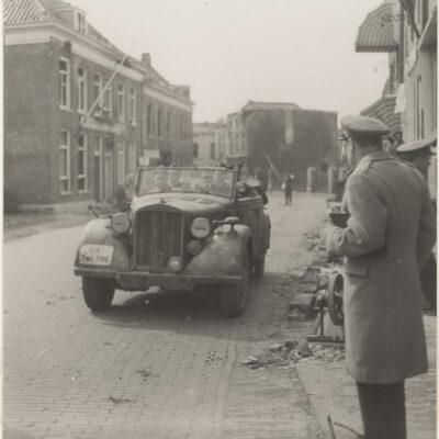 Aankomst van Generaal Blaskowitz bij Hotel de Wereld, voor de capitulatie in 1945